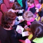Юные читатели в очереди за автографами